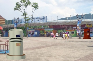 공원에 설치된 장면